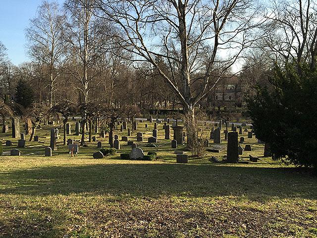 Vy över kyrkogården innan grönskan kommer